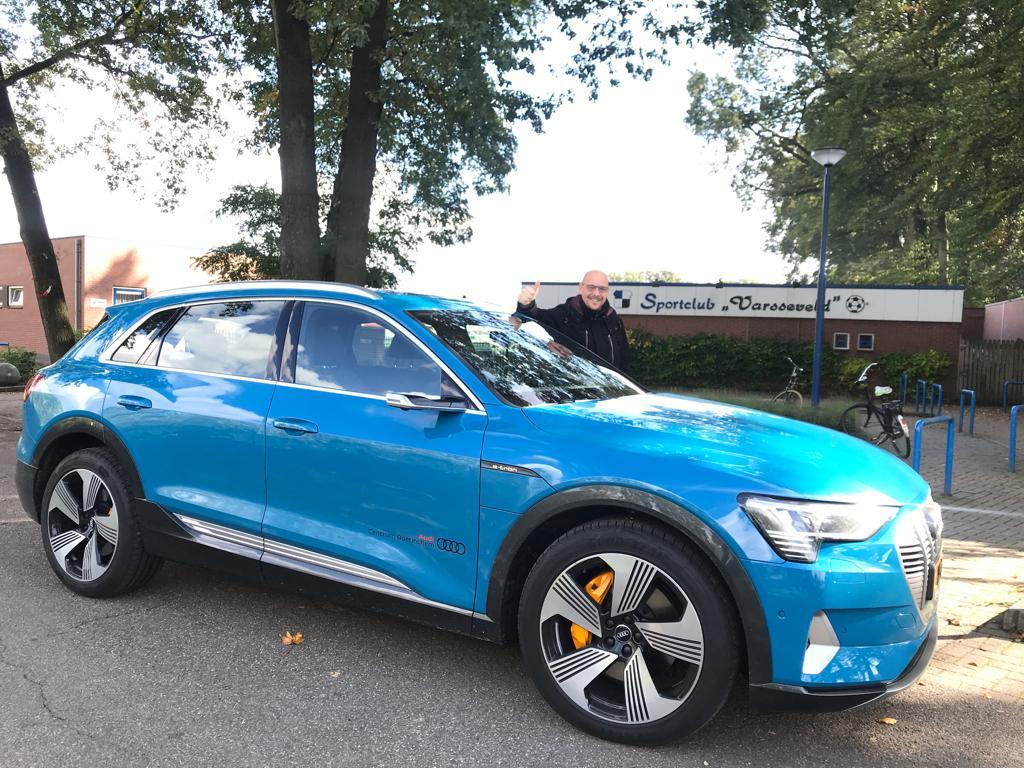 Maikel met Audi e-tron op sportpark Oberink
